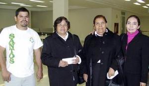 <b>20 de febrero de 2005</b> <p> Paula Beltrán y Micaela Saucedo viajaron a Villahermosa y fueron despedidas por Roberto Saucedo.