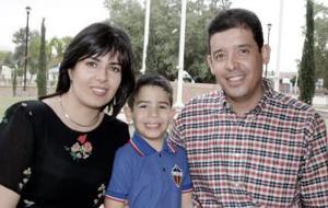Irene Ochoa y Edgardo Lugo Preciado, con su hijo Edgardo.