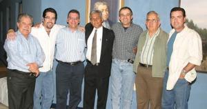 Grupo de ex alumnos durante la reunión.