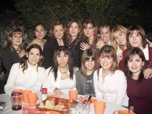 Malena Zúñiga Mijares acompañada por algunas de las invitadas a su despedida de soltera.