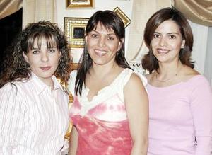 Lorena de la Garza, Gabriela Belmont y Mary Tere Luna captadas en el festejo que les organizaron un grupo de amigas, con motivo de sus respectivos cumpleaños.