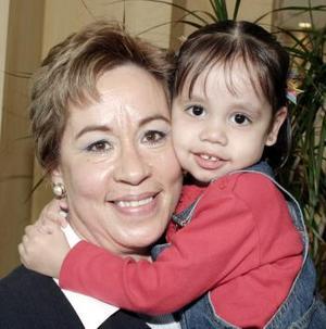 Yolanda Sánchez de Ramírez junto a su nieta Sofía Güereca Ramírez, en reciente festejo.