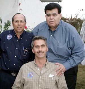 <b>23 de febrero de 2005</b> <p>  Juan Antonio Murra en compañía de Javier Bustos y Armando Niño de Rivera, en el festejo que so le ofreció con motivo de su cumpleaños.