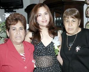 <b>23 de febrero de 2005</b> <p>  Margarita Gamón Morán acompañada por las anfitrionas de su despedida de soltera, que le organizaron por su próxima boda.jpg