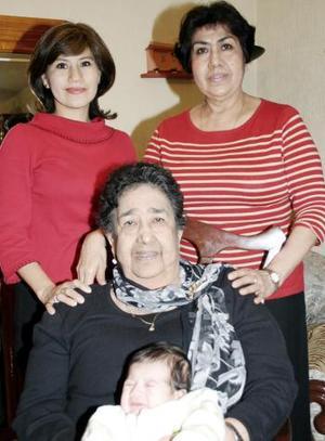 María del Rosario de Díaz, consu hija, su nieta, Rosario Rosario Díaz de Rodríguez y su bisnieto José Ángel Rodríguez.