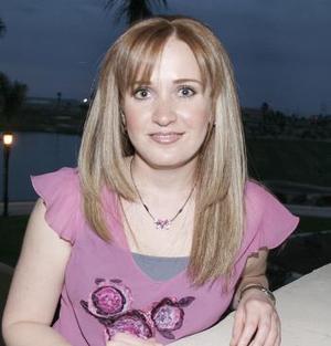 <b>25 de febrero de 2005</b> <p> Brenda Noyola, en reciente festejo