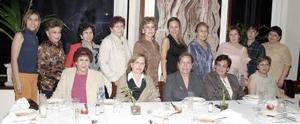 <b>24 de febrero de 2005</b> <p> Martha Nelly Enríquez de González recibió numerosas felicitaciones de sus familiares y amigas en la reunión que le ofrecieron