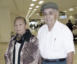 Maximino Garza y Manuela de Garza viajaron a Los Ángeles.