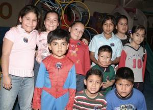 Johan y Amilkar Gutiérrez en compañía de sus amigos el día de su cumpleaños.