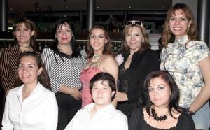Priscilla López Castrión, acompañada por algunas de sus asistentes.