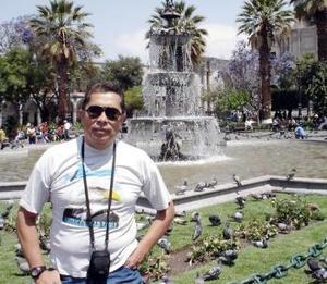 Carlos Zea Rivera, en la Plaza de Armas de la bella Ciudad Blanca; Arequipa, Perú su tierra natal.