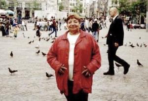 Sra. Magdalena Ávalos de Ortega, en la Plaza Dam de la ciudad de Amsterdan, durante su viaje a Holanda para visitar a su hija Connie Ortega de Van Riet.