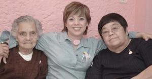 Rosario Esparza y Mary de la Rosa, le organizaron una fiesta de canastilla a Irma Esparza Gómez hace unos días