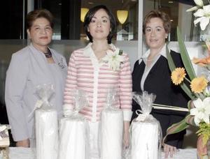 Lilia García de Mourey, Yolanda Sánchez de Ramírez y Lorena Ramírez Sánchez en la despedida de ésta última.