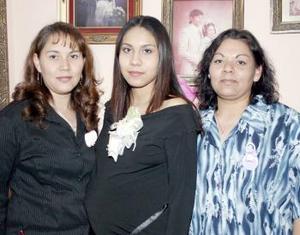 <b>27 de febrero de 2005</b> <p> Lulú de Quiroz recibió felicitaciones por el próximo nacimiento de su bebé