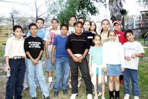 Carlos Mauricio Chavarría acompañado por un grupo de amigos.