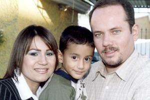 Leticia Flores de Rivera acompañada por su esposo, Jesús Rivera y su hijito Ricardo Rivera, en el festejo que le organizaron con motivo de su cumpleaños
