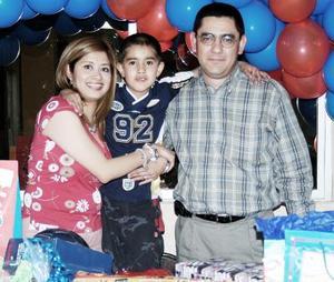 El pequeño José Gustavo Serna López en compañía de sus papás, José Gustavo Serna y Azucena López de Serna, el día que celebró su cumpleaños.