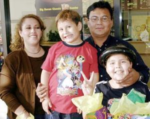 Roberto Neftaly Mendoza Tallabas acompañado por su familia el día que festejó su cumpleaños.
