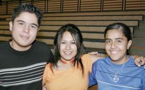 <b>27 de febrero de 2005</b> <p> Víctor Hugo Ortega, Cynthia Cordero y Thalía Corral.