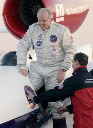 Fosset, ya realizó en 2002 el primer vuelo en globo en solitario y sin escalas, dirigió su avión rumbo al sureste. <p> Si no encuentra inconvenientes en las próximas horas, el aventurero verá el alba cuando se aproxime a la frontera de Pakistán.