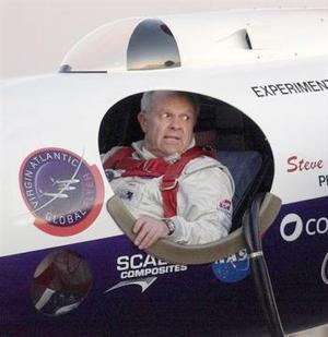 Todo va bien, todo va bien, dijo el estadounidense Fossett, de 60 años, en una comunicación por radio con la prensa, mientras su aeronave avanzaba a una velocidad de 325 nudos (620 kilómetros por hora) y a una altura de 14 mil 340 metros.