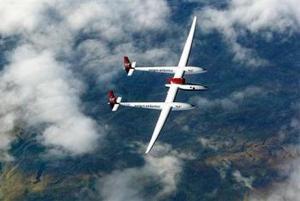El Global Flyer, construido con una mezcla de grafito ligero y un costo de 10 millones de dólares, es un aparato que parece un catamarán volador: un fuselaje central con un tanque lateral sujeto en cada una de las alas flexibles que, con sus 35 metros de envergadura, son más largas que la de un avión Boeing 747.