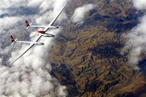 El aventurero Steve Fossett inició su primera noche a bordo del Global Flyer mientras cruzaba la frontera de Argelia y Libia, en su intento por lograr el primer vuelo sin escalas y sin repostar alrededor del mundo en menos de 80 horas.