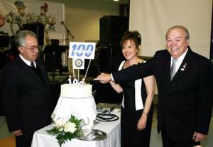Los señores Ángel y Marisa Morales, Gobernadores del Distrito 4110, fueron los encargados de partir el pastel de los 100 años de vida.