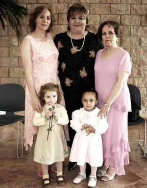 Ana Lucía Leal de Wong, Verónica Fernández de Hernández, Blanca Elva Flores y las niñas Ana Paula Martínez Leal y Betsabé Martínez, captadas en reciente festejo.