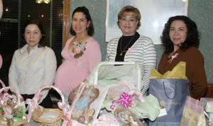 <b>02 de marzo </b> <p>  Lidia Sánchez, Elva Sánchez y Ana María  de Acosta le ofrecieron una fiesta de regalos a Blanca Sánchez de Acosta, en honor del bebé que espera