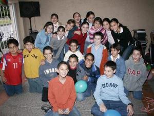 Gustavo Díaz de León rodeado de un grupo de amiguitos, quienes asistieron a su fiesta de cumpleaños para felicitarlo.