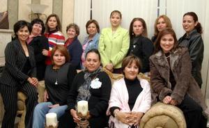 Leticia Martínez de Arellano acompañada por algunas de las invitadas a la fiesta de canastilla que le prepararon, por el cercano nacimiento de su bebé.