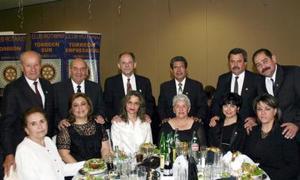 René y Estelita González, Eddy y Velina Murra, Ricardo y Adriana Marcos, Salvador y Conchita González, Victor y Liliana González, Pedro y Laura Abraham.