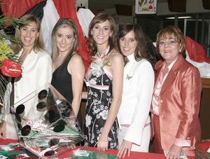 <b>03 de marzo </b> <p>  La futura novia acompañada por las organizadoras de su despedida.