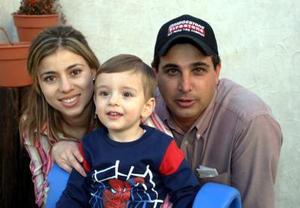 José Ernesto Dávila Acuña con sus papás, José Ricardo y Erandi Dávila, el día que festejo su segundo cumpleaños.