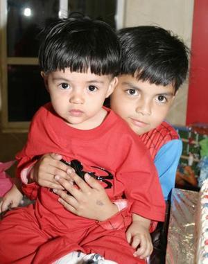 <b>02 de marzo de 2005</b> <p> Johan y Almicar Gutiérrez, captados el día de su piñata.