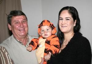 <b>03 de marzo de 2005</b> <p> El pequeño Alejandro Rodríguez Corrales recibió numerosos regalos, en la fiesta que le organizó su familia por su primer año de vida.