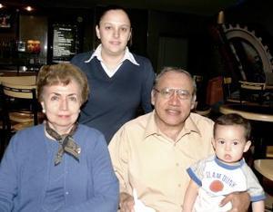 Coco de Hernández, Claudia, Eddy y Daniel Hernández, captados en un agradable festejo.
