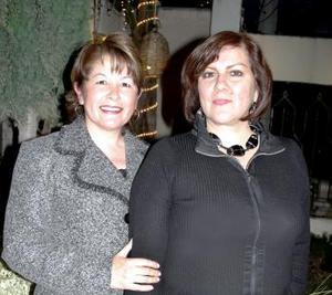 La anfitriona de la reunión Marcela de Wong, acompañada de Sivia Rendón.