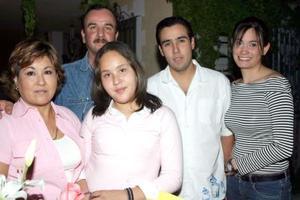 Marien Talamantes Solís en compañía de sus papás, Miguel Ángel Talamantes y Elizabeth de Talamantes y de sus hermanos, el día que festejó su doceavo cumpleaños.