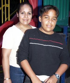 <b>04 de marzo de 2005</b> <p> Carlos Mauricio Chavarría junto a su mamá Rosario González de Chavarría, en el festejo que le organizó con motivo de su cumpleaños.