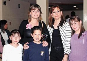Pilar y Maribel Ortueta con sus hijos