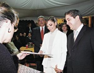 Los novios recibiendo su acta de matrimonio