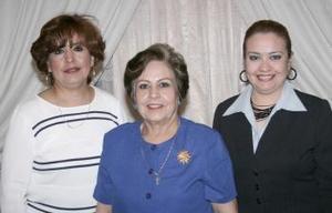 <b>05 de marzo 2005</b> <p> Petrita Cano  de Álvarez acompañada por sus hijas en el convivio que le ofrecieron con motivo de su cumpleaños