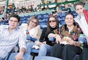 Ruth Pastrana de Navarro con sus hijos Ruth, Ángela, Armando y Alberto Navarro Pastrana.