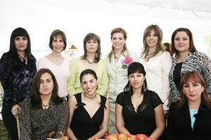 Anayda Lahoz Portela el día en que le ofrecieron una emotiva despedida de soltera, la acompañan familiares y amigas.
