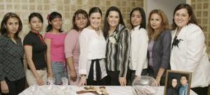 Karla Susana López Mora acompañada de sus amistades el día de su fiesta de despedida de soltera.