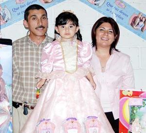Alicia Reza Villalobos junto a sus papás el día de su fiesta de cumpleaños.