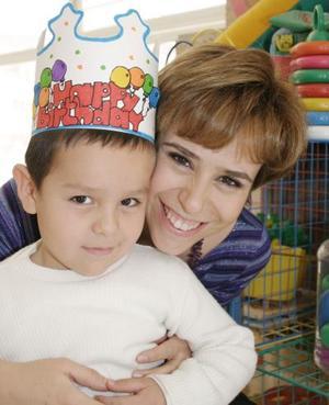 <b>05 de marzo de 2005</b> <p> El pequeño José Luis Fuente Ramírez con su mamá Berenice Ramírez Morales